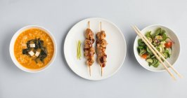 Zuppa di miso con bastoncini di carne e insalata — Foto stock