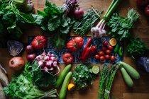 Verdure fresche e verdi sul tavolo di legno — Foto stock