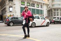 Femme élégante en due forme veste rose sur la rue dans la ville — Photo de stock