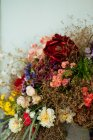 Элегантный букет свежих роз и полевых цветов с сушеными цветами и травами — стоковое фото