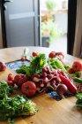 Reife Frischgemüse in Haufen auf Küchentisch — Stockfoto