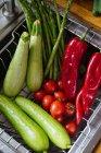 Овочі свіжі промивають кухні раковина — стокове фото