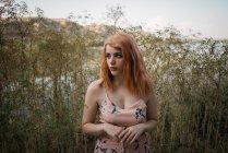 Руда молоду жінку в декоративних сукні постановки в природі — стокове фото