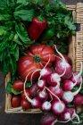 Verduras frescas maduras en cesta de mimbre - foto de stock