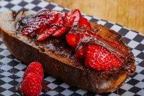 Закри хрусткі тости з здорових, стиглих полуниць і шоколадним соусом подається на папері — стокове фото