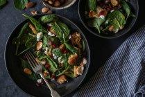 Salade de légumes et de fromage dans des bols sur la surface grise — Photo de stock