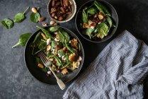 Салат з овочами і сир на сірий поверхні — стокове фото