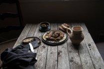 Чечевица паштет на тарелке на деревенском деревянном столе — стоковое фото