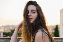 Щасливі молоду жінку з довгим волоссям, постановка на відкритому повітрі — стокове фото