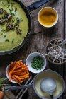 Сковороду з зеленим Креп Banh Slow нарізки з свіжих овочів у міру приготування — стокове фото
