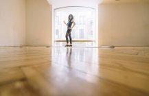 Donna sorridente che prende un caffè a lezione di danza — Foto stock