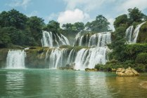 Потрясающий каскад китайского Detian водопада, Гуанси, Китай — стоковое фото