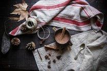 Chocolate caliente con canela en taza sobre fondo rústico - foto de stock