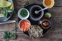 Вьетнамский пикантные жареные блин с овощами на деревянный стол — стоковое фото