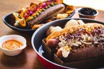Ряд различных обслуживаемых хот-доги — стоковое фото