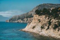 Scogliere rocciose e acqua blu del mare, Calpe, Valencia, Spagna — Foto stock