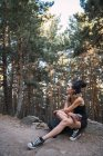 Affascinante donna con zaino e coppa nel bosco — Foto stock