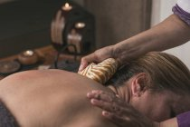 Thérapeute en faisant des massages orientaux à la femme dans la salle de massage — Photo de stock