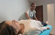 Терапевт делает уход за телом для стимулирования тела вопросов в массажный кабинет — стоковое фото