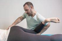 Therapeuten, die alternative Therapie Körperbehandlung für anregende Körpergewebe im Massageraum zu tun — Stockfoto