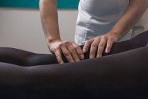 Terapeuta che fa il trattamento del corpo per stimolare i problemi del corpo nella sala massaggi — Foto stock