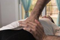 Terapeuta, fazendo tratamento de corpo terapia alternativa para estimular os tecidos do corpo na sala de massagem — Fotografia de Stock