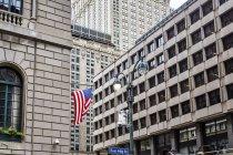 Bandera americana en la pared del edificio, Nueva York, Estados Unidos - foto de stock