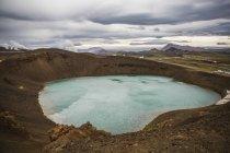 Laghetto di montagna tra vulcani e geyser con suggestiva vista del paesaggio in Islanda — Foto stock