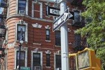 Wegweiser und moderne Ampel auf der Straße in Uptown von New York City, USA — Stockfoto