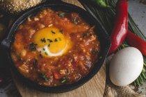 Смажені яйце з помідорів і червоний і зелений перець у сковороді — стокове фото