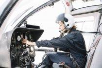 Centra sesión piloto femenino y operan en helicóptero - foto de stock