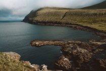 Oceano e verde scogliera rocciosa sulle isole Feroe — Foto stock