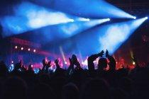 Persone anonime che si tengono per mano e applaudono mentre trascorrono del tempo in uno spettacolo musicale incredibile — Foto stock