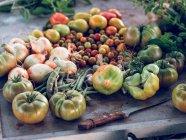 Frisch gepflückten Gemüse auf rustikalen Tisch mit Messer — Stockfoto