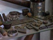 Закри різних металу інструменти та зразки в майстерні — стокове фото
