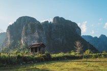 Kleine Holzhütte und felsige Berge in der Natur — Stockfoto