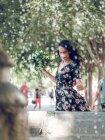 Mujer atractiva con ramo de flores - foto de stock