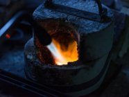 Крупный план металлического отопления на ювелирной фабрике — стоковое фото