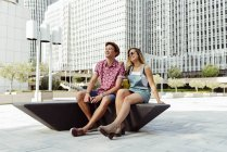 Couple sur banc moderne en ville — Photo de stock