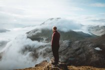Hiker standing on mountain edge and looking at view on Feroe Islands — Stock Photo