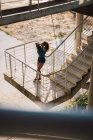 Жінка, спершись на Перила для сходів, на вулиці — стокове фото