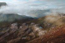 Montagnes rocheuses dans les nuages sur les îles Feroe — Photo de stock