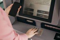 Weibliche Hände geben Sicherheitscode für Kreditkarte im Terminal ein — Stockfoto