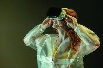 Mujer con gafas VR en luz de neón - foto de stock