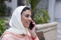 Nahaufnahme einer Marokkanerin mit Hijab beim Telefonieren — Stockfoto