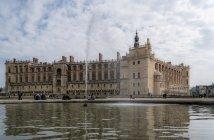 Saint Germain, Франція - 25 березня 2018: фасад Chateau De Saint Germain та фонтан — стокове фото