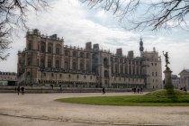 SAN GERMANO, FRANCIA - 25 MARZO 2018: facciata del castello De Saint Germain e turisti — Foto stock