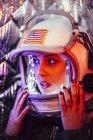 Крупный план женщины-астронавта в старом космическом шлеме — стоковое фото