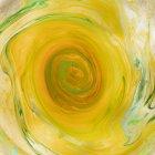 Remolinos de disolver pintura amarilla y verde - foto de stock
