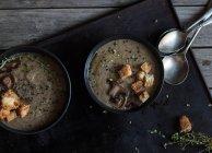 Грибного Крем-суп з сухариками в чаш на темному тлі — стокове фото